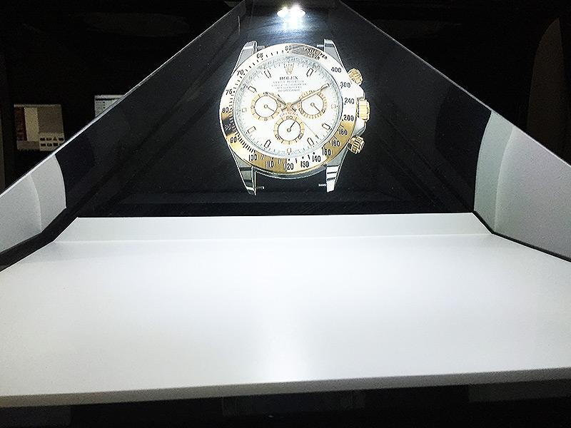 Animation 3D Holographique d'une montre Rolex dans la pyramide Interactive Nova