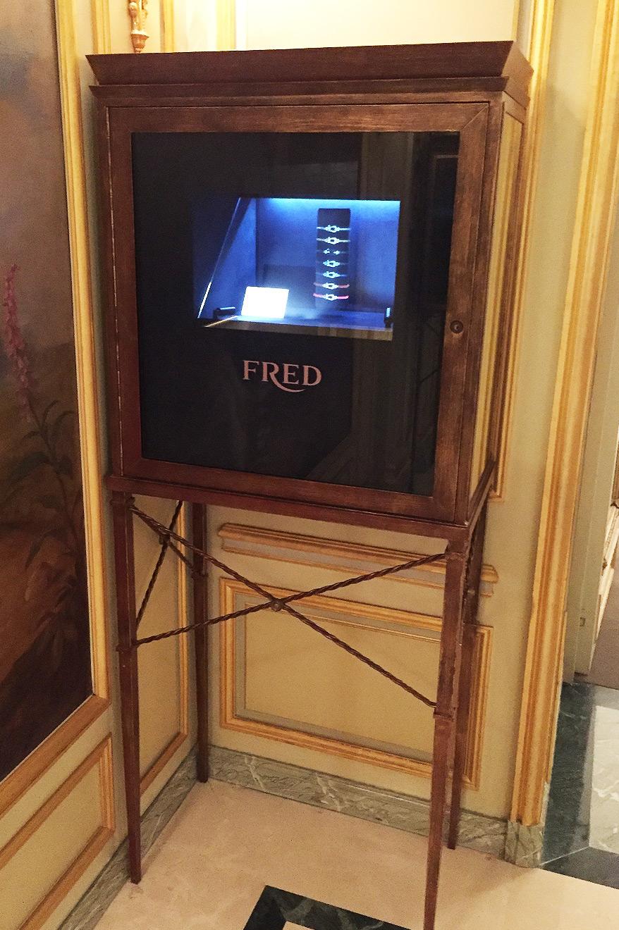 Vitrine Fred avec hologramme au Palace Meurice Paris