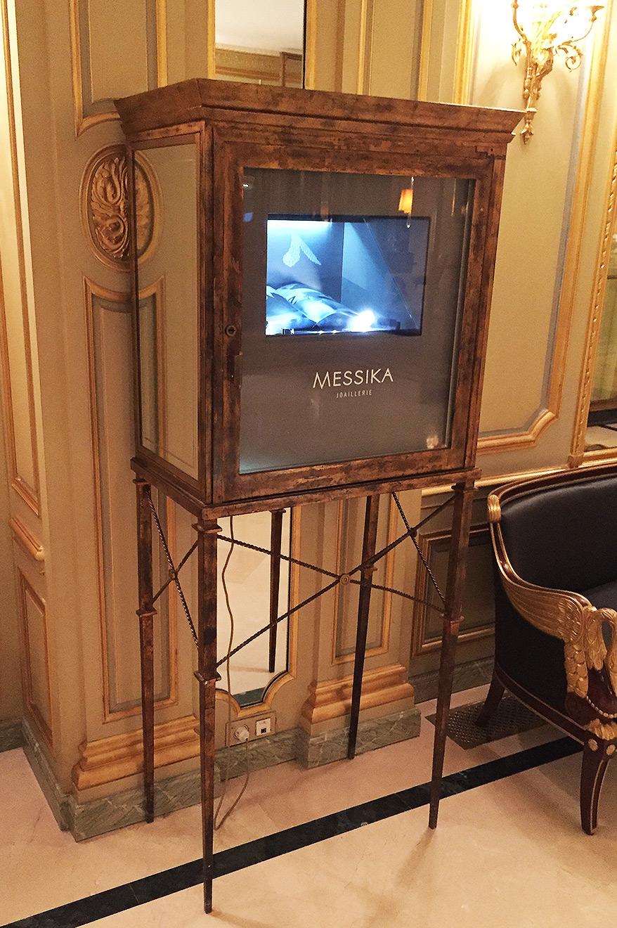 Vitrine hologramme Messika au palace Meurice