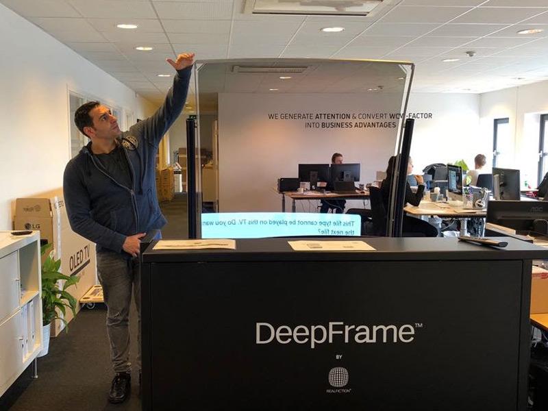 Vitrine holographique de réalité mixte : DeepFrame