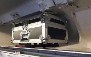 La valise de protection rentre en bagage à main (cabine) dans un avion.