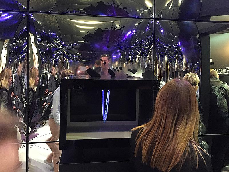 Fer à cheveux holographique pour GHD lors d'un salon à Paris