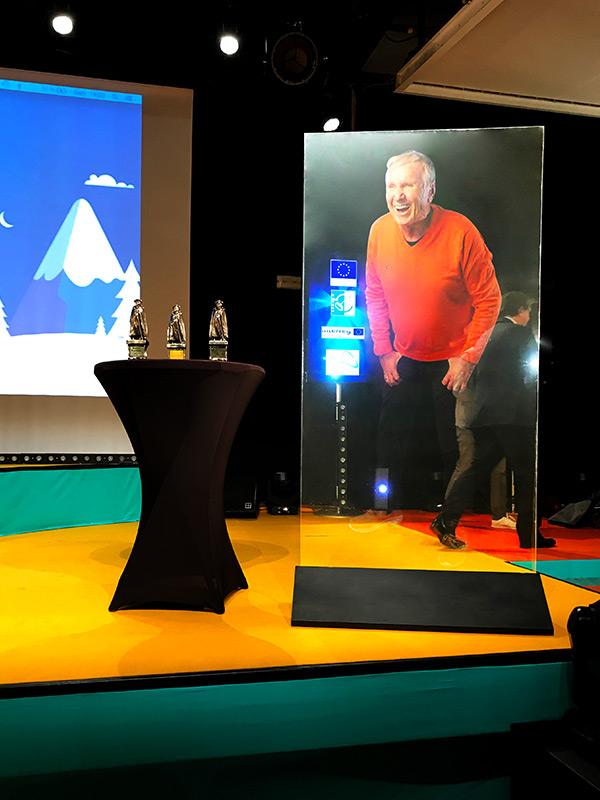 Hologramme d'Yves Rénier sur la plaque holographique mobile